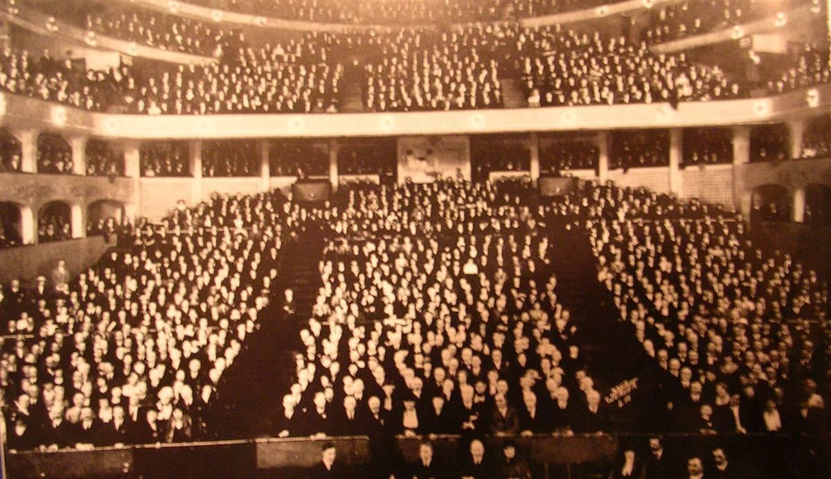 4,229 early investors at a meeting in the L.A. Philarmonic Auditorium