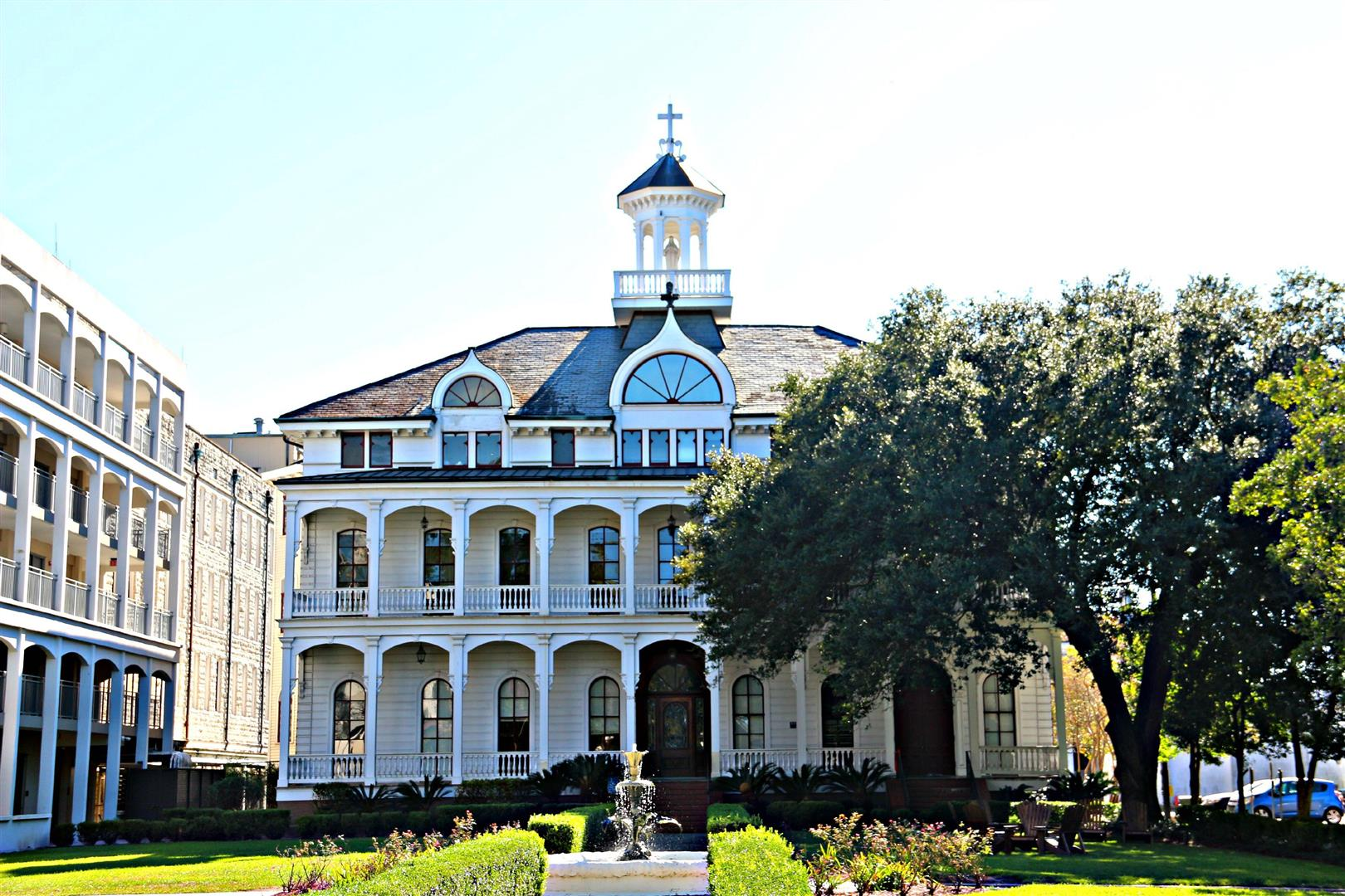St.CharlesAve.LoyolaLaSchool.jpg