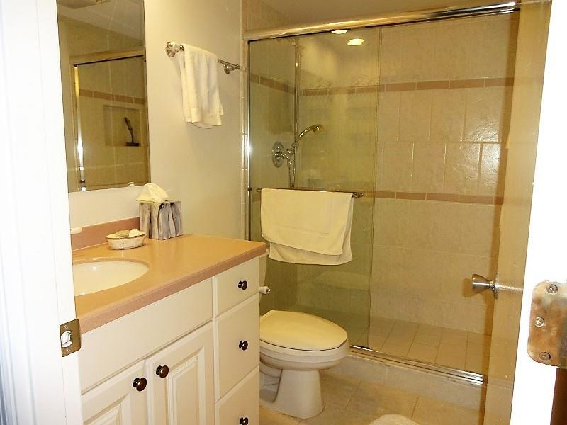 700goldenbeach840bath2.jpg